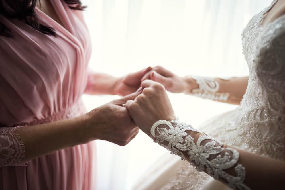 94363a467 Dnes už nie je neobvyklé stretnúť sa so situáciou, kedy sa šaty svadobnej  mamy podobajú tým nevestiným či už farbou, zdobením alebo strihom. Ak si  však v ...