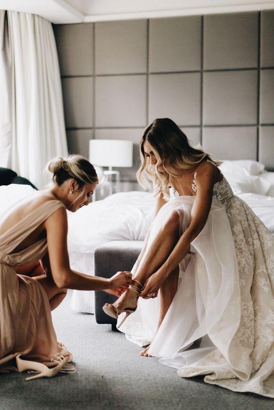 27a698698239 Ak je naopak vaša svadobná róba honosná a dekorovaná do najmenších  detailov