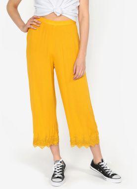 bb42152bca3e Horčicové voľné nohavice s čipkovaným lemom Miss Selfridge
