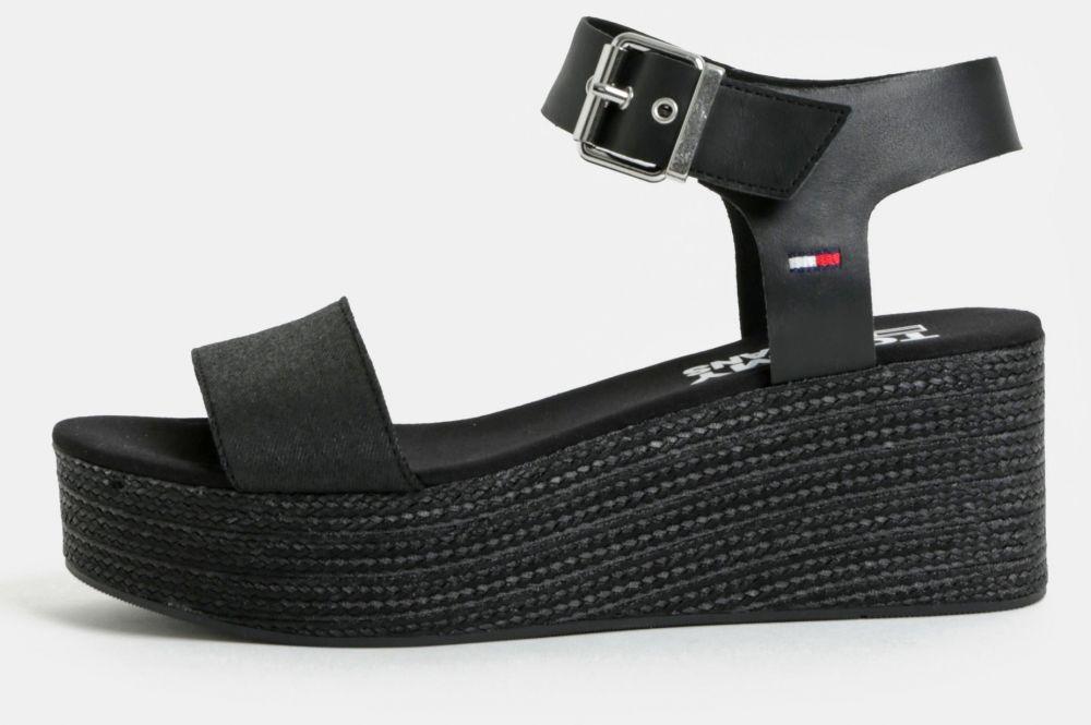 5709608427a9 Čierne dámske sandále na klinovom podpätku Tommy Hilfiger značky Tommy  Hilfiger - Lovely.sk