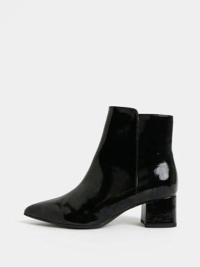 Čierne lesklé členkové topánky na nízkom podpätku Tamaris 0dc86a50089