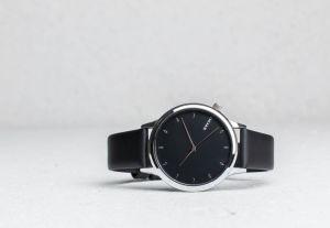 4ae471475 Čierne pánske hodinky s čierno-sivým rifľovým remienkom Komono ...