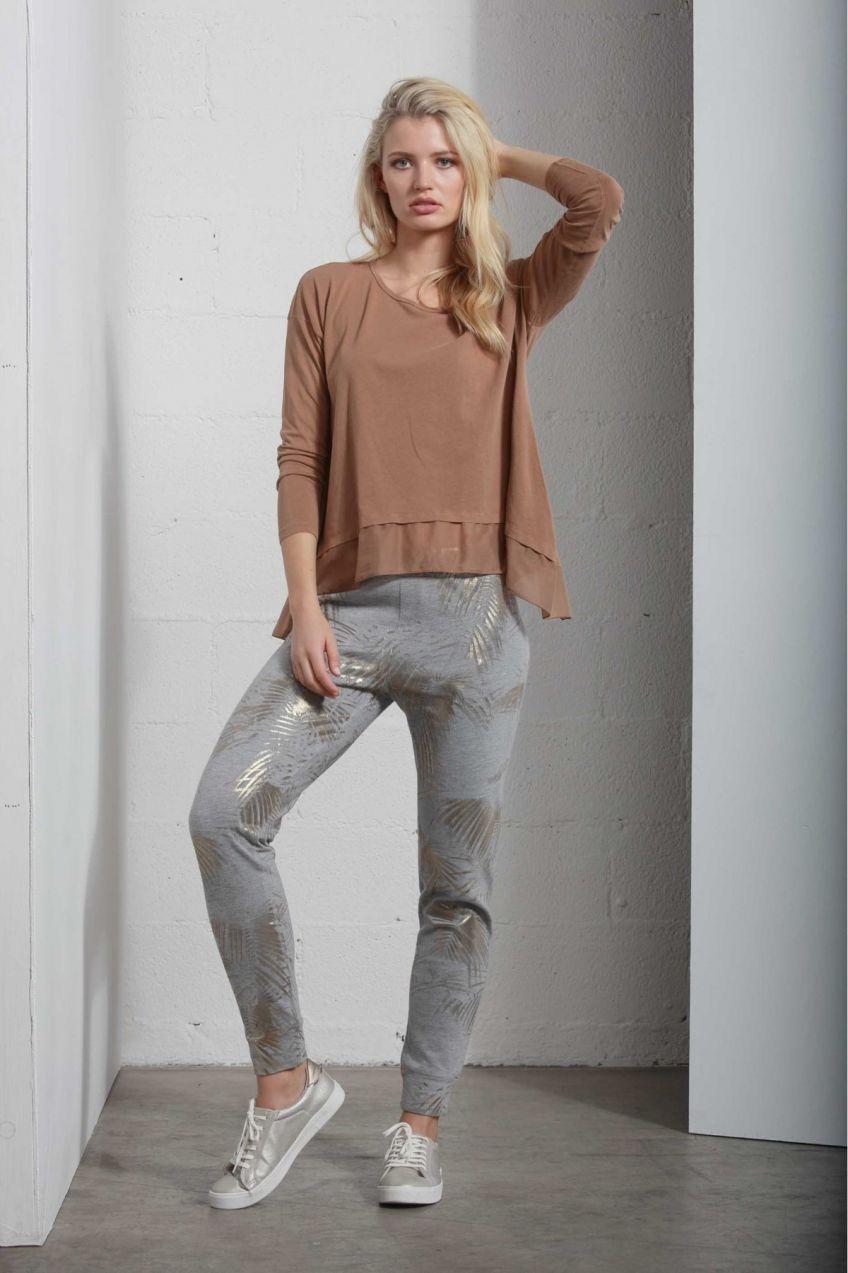 35e413dc9bc3 Deha svetlo sivé teplákové nohavice so zlatými motívmi značky DEHA ...